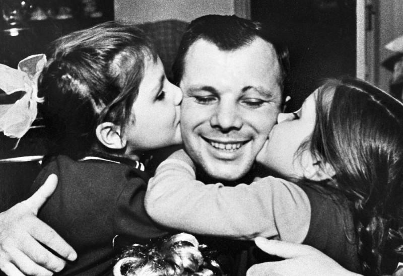 Юрий Гагарин и дочери