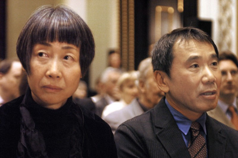 12 - Харуки Мураками со своей женой