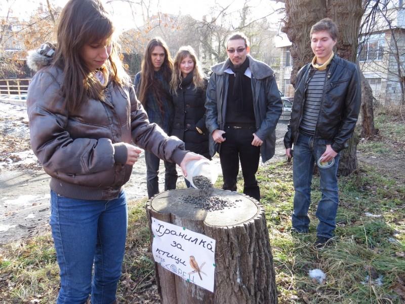 6. Поставяне на хранилка от студентите на С.К.О.Р.Е.Ц в двора на Биологическия факултет