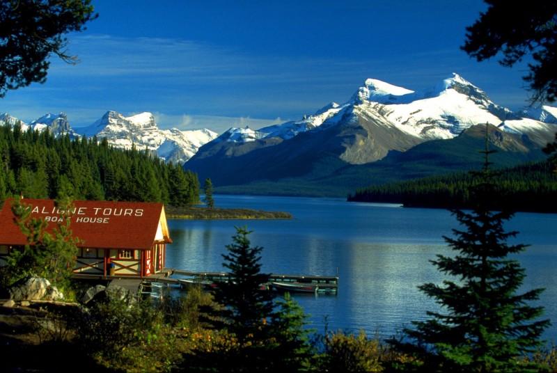 Canada_Boat_House_am_Maligne_Lake_Jasper_NP_Alberta_CA