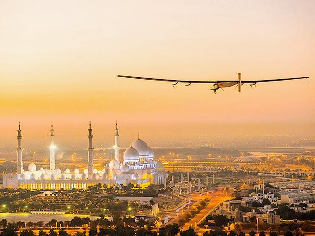 Plane goes around Earth