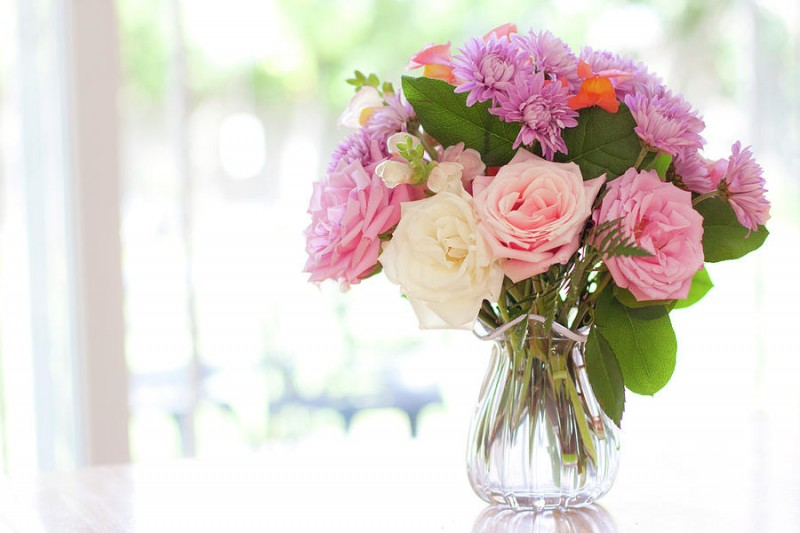 bouquet-of-flowers-on-table-near-window-jessica-holden-photography